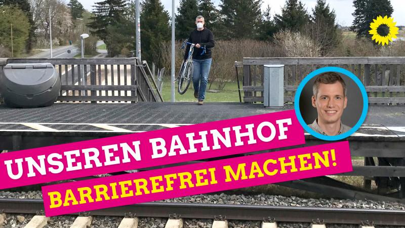 Christian Zwanziger trägt sein Fahrrad die Studen am Bahnhof Eltersdorf hoch