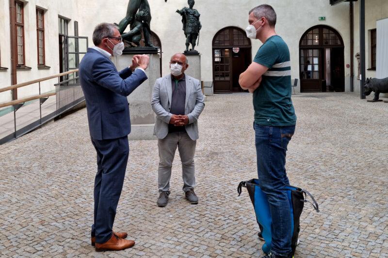 Tourismusdirektor Götz Beck, Cemal Bozoğlu und christian zwanziger im Innenhof eines Museums.