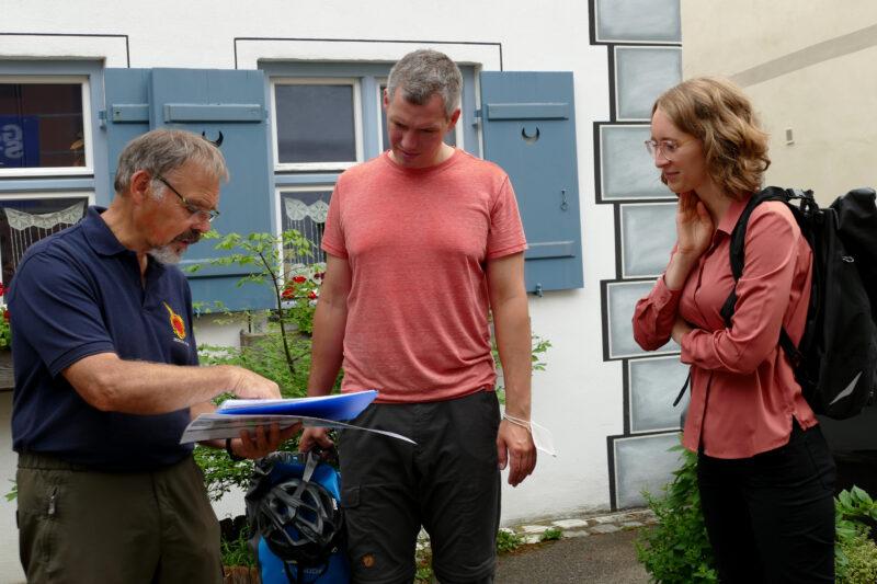 Geopark-Führer Kurt Kroepelin, Christian Zwanziger und Eva Lettenbauer betrachten einen alten Stadtplan.