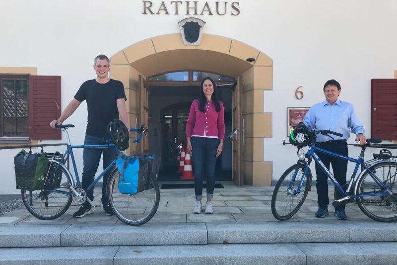 Christian Zwanziger, Christina Haubrich und Alfons Haf vor dem Rathaus Pfrontens