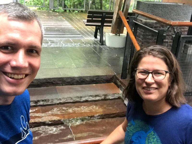 Christian Zwanziger und Stephanie Schuhknecht an einem Kneipp-Becken.